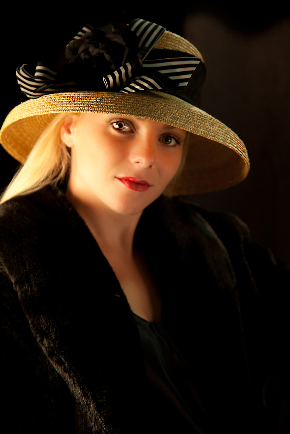 1_Confident-young-woman-with-hat