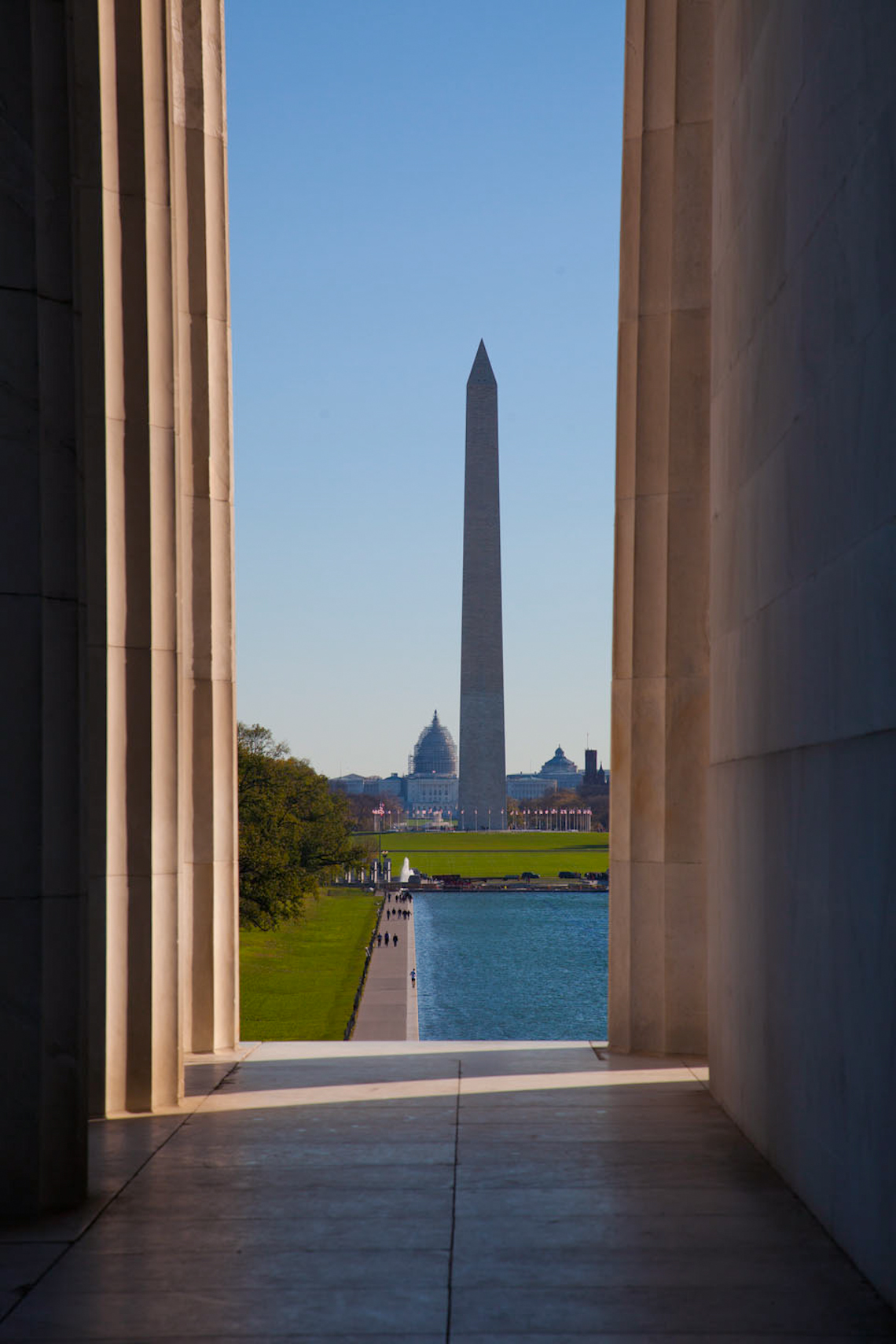 Washington-Monument-seen-from-between-lincoln-memorial-columns360